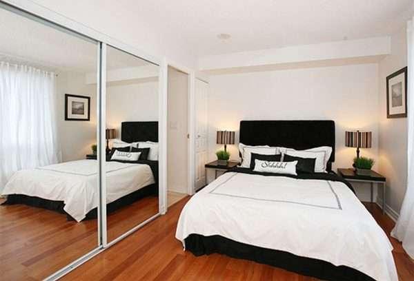 Интерьер маленькой спальни с зеркалами