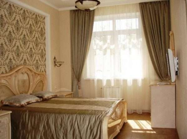 Пример использования различных материалов в оформлении спальни