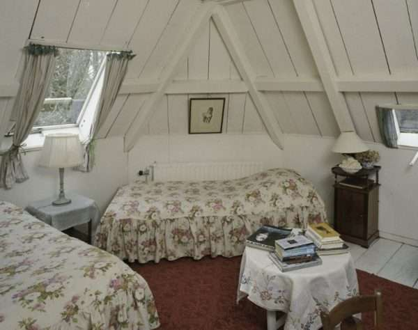 Дизайн спальни на мансарде в стилде романтизм