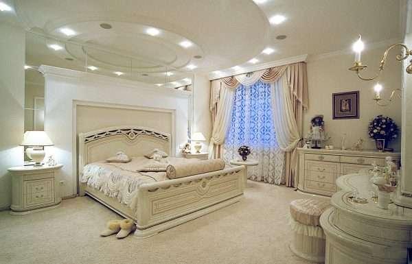 Отделка элементов декора серебром в дизайне спальни