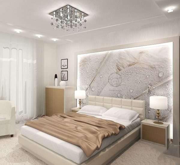 Фото белой спальни со светлой мебелью.