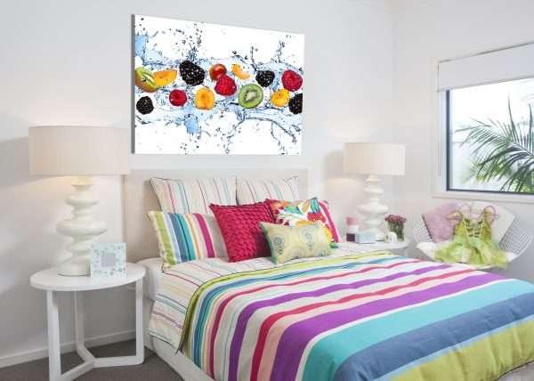 Яркие элементы декора в интерьере спальни