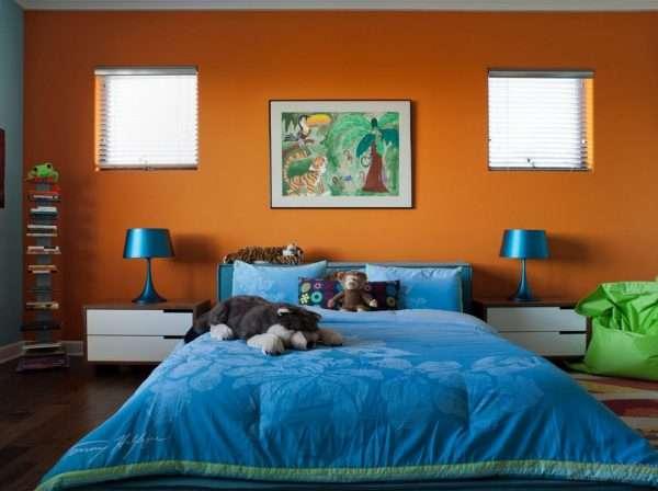 Сочетание синего и оранжевого цветов в интерьере спальни
