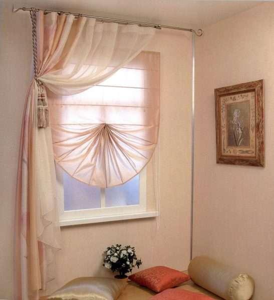 Маленькое окно с римскими шторами