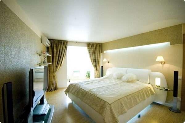 Белые матовые натяжные потолки в спальне