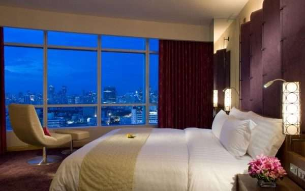 Стиль лофт. Панорамные окна в спальне