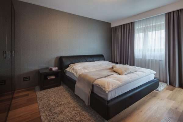 Спальня в серых тонах в стиле минимализм
