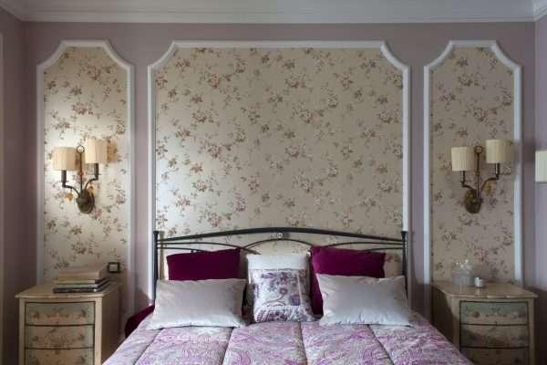 Спальня с обоями 2 видов в стиле прованс