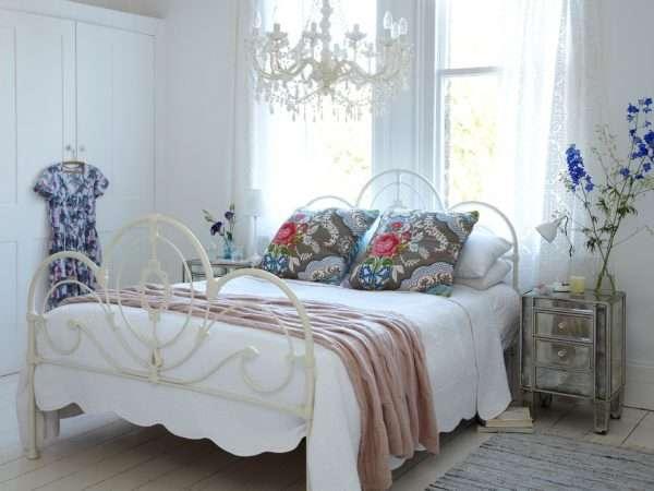 Белая кованая кровать для спальни в стиле прованс