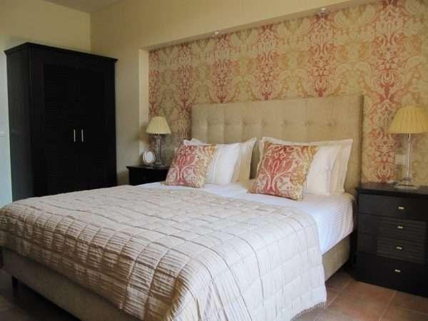 Дизайн спальни в использование обоев двух видов