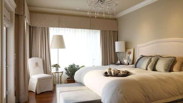 Спальня со светлой мебелью в кофейных тонах