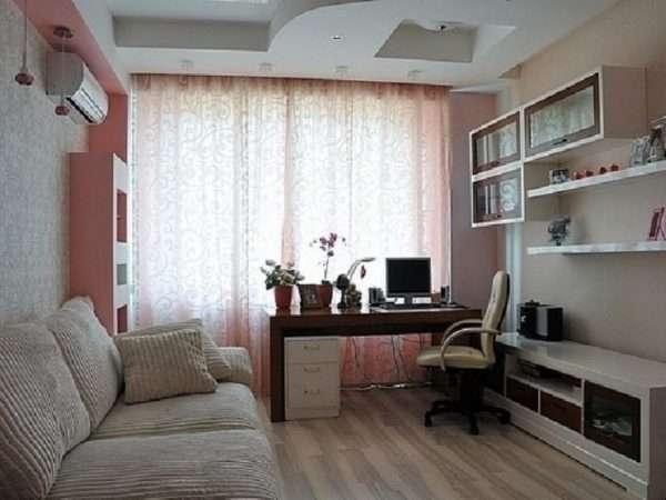 Интерьер маленькой спальни: диван-трансформер и рабочий стол