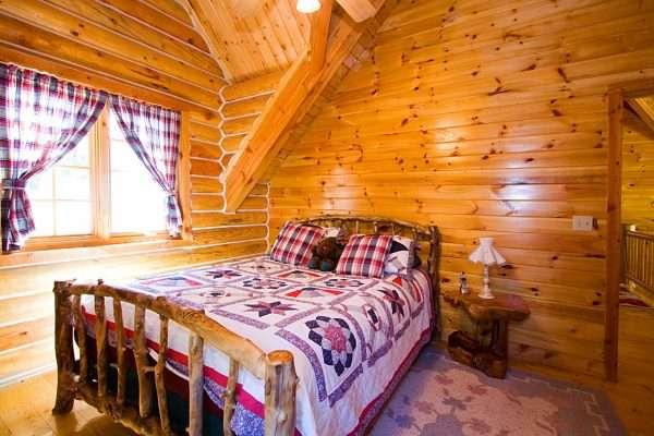 Спальня на даче отделанная вагонкой