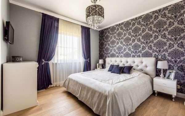 Дизайн спальни, сочетание двух видов обоев