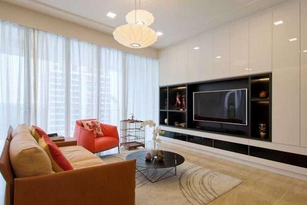 Большие окна в гостиной спальне добавляют света