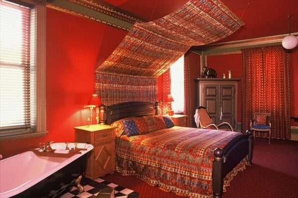 Спальня в индийском стиле с покрывалом, расшитым бусинами из фетра