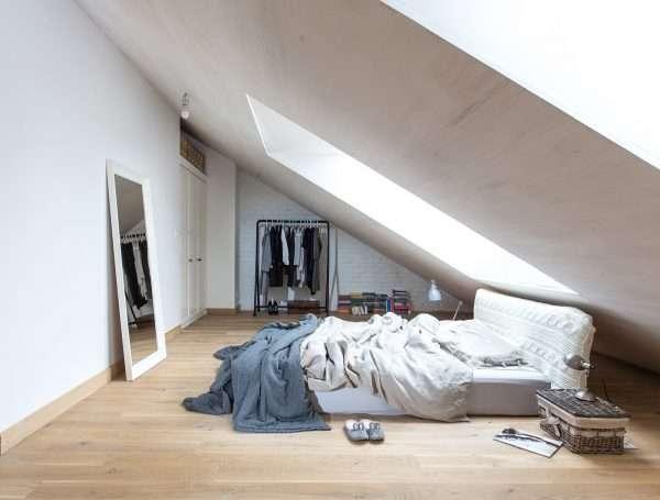 Маленькая мансарда спальня оформленная в едином цвете