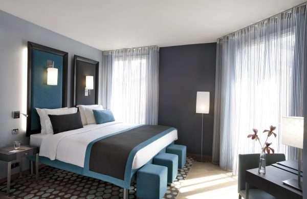 Сочетание серого с голубым в интерьере спальни