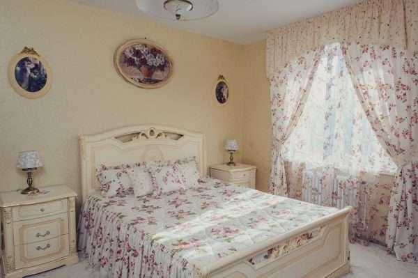 Вариант расстановки мебели в маленькой спальне
