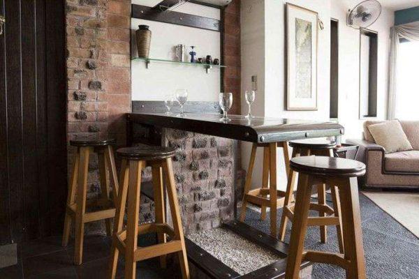 Уголок стиля лофт в гостиной с барной стойкой