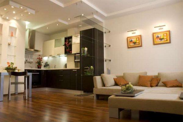 интерьер кухни гостиной в частном доме с разделением полкой