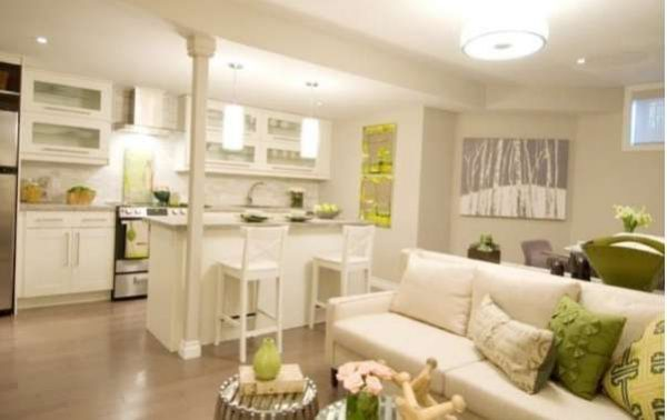 Дизайн белой кухни-гостиной в частном доме