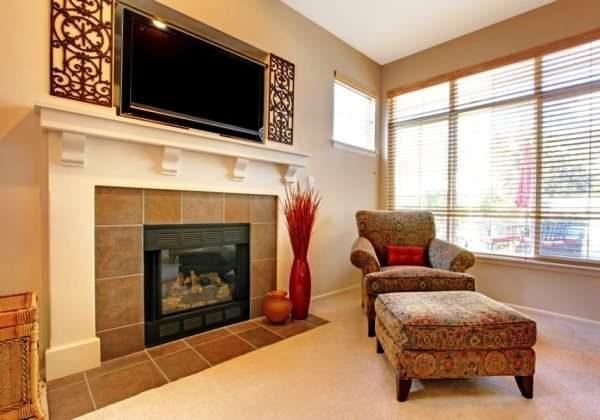 камин и телевизор в интерьере гостиной на одной стене