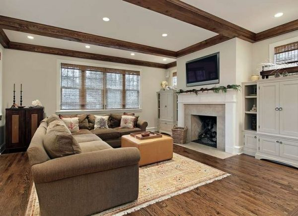 камин и телевизор на стене в интерьере гостиной