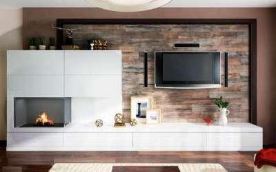 камин и телевизор на одной стене гостиной