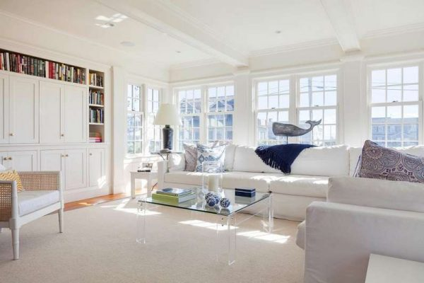 средиземноморские мотивы в гостиной с белой мебелью