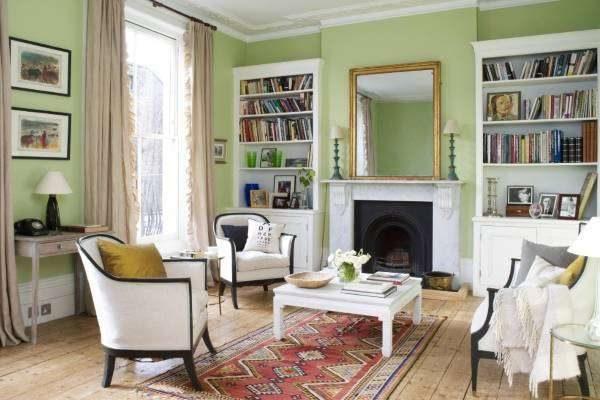 зелёные стены в союзе с белой мебелью гостиной