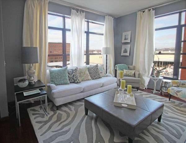белая мебель в гостиной с ковром