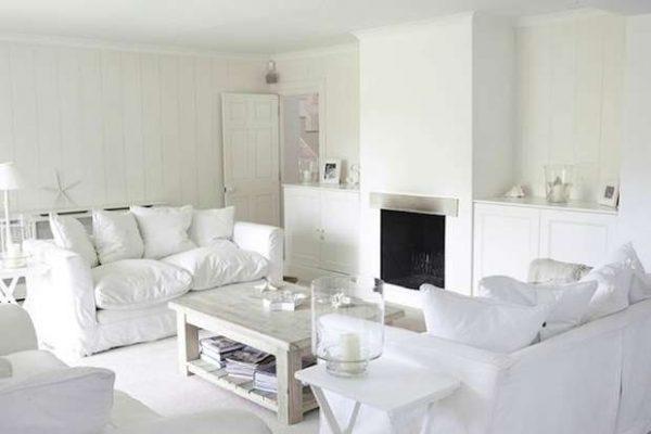 белая мебель в гостиной дарит свежесть