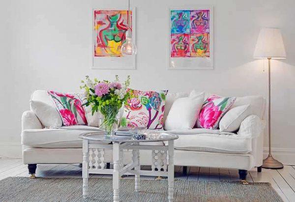 яркий декор в интерьер белой гостиной