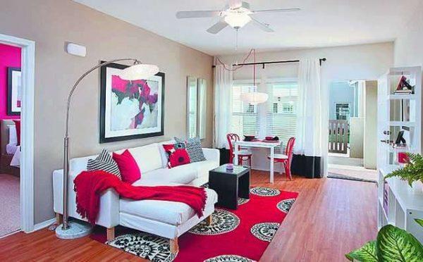 алый цвет в гостиной с белой мебелью