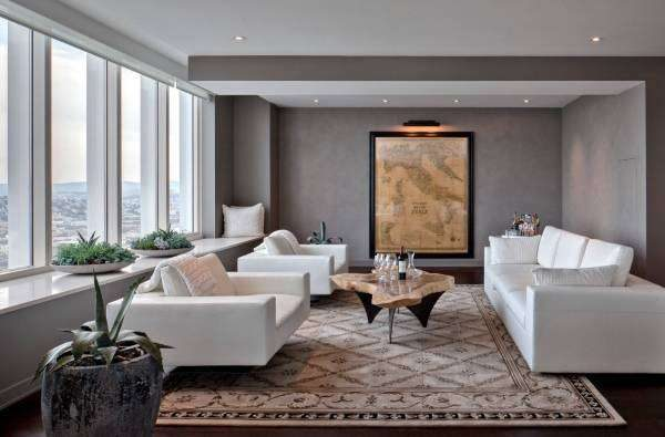 белая мебель в гостиной с красивым бежевым ковром