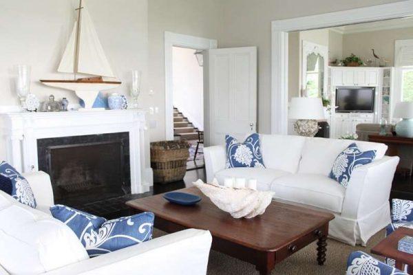 белая мебель с синими подушками