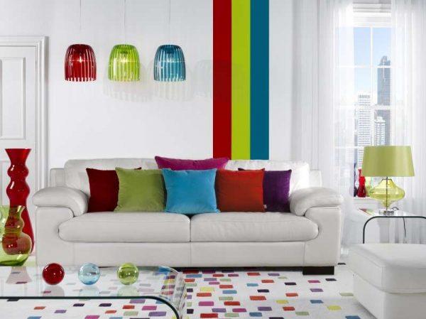 белая мебель с яркими подушками