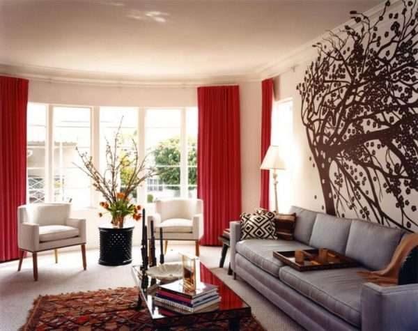бордовые шторы в интерьере гостиной с серым диваном