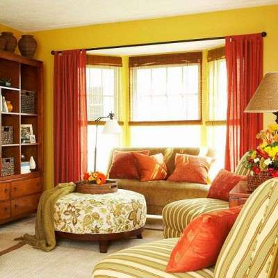 бордовые шторы в гостиной со стенами песочного оттенка