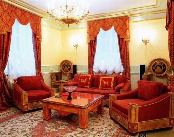бордовые шторы в интерьере гостиной в классическом стиле