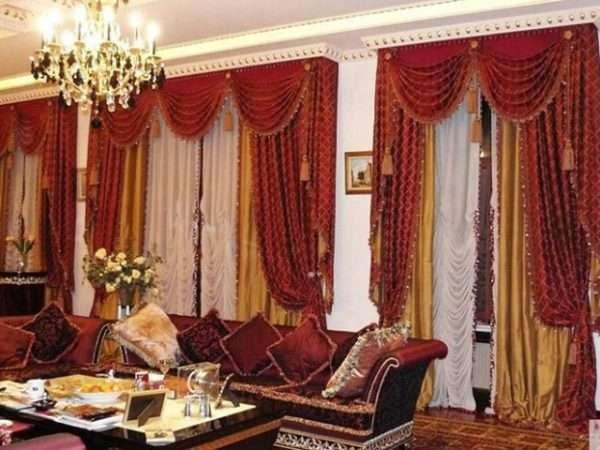 бордовые шторы с бордовым диваном