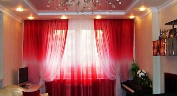 бордовые полупрозрачные шторы в гостиной