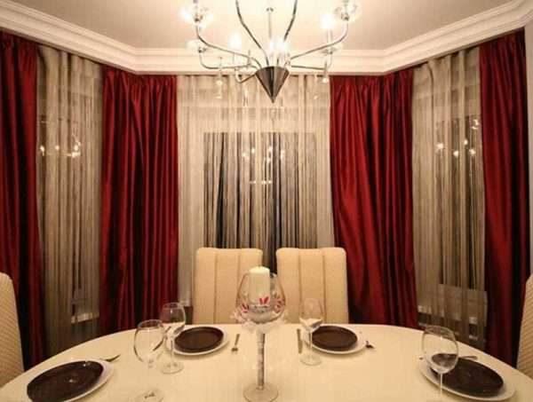 бордовые шторы с бежевой тюлью в интерьере гостиной