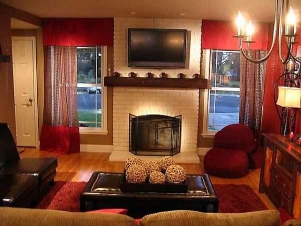 стильные бордовые шторы в гостиной с камином