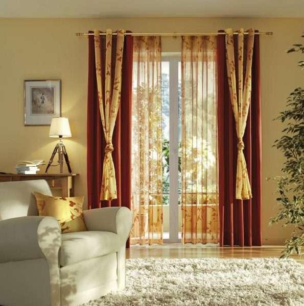 бордовые шторы с золотыми вставками в гостиной