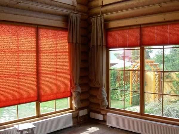 бордовые шторы жалюзи в гостиной