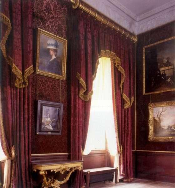 бордовые шторы в интерьере гостиной классика