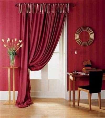 бордовые шторы под цвет стен в гостиной