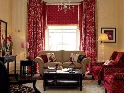 бордовые классические шторы в союзе с римскими шторами тёмно красного цвета